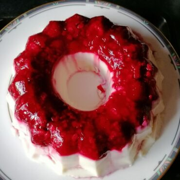 Milk pudding with raspberries