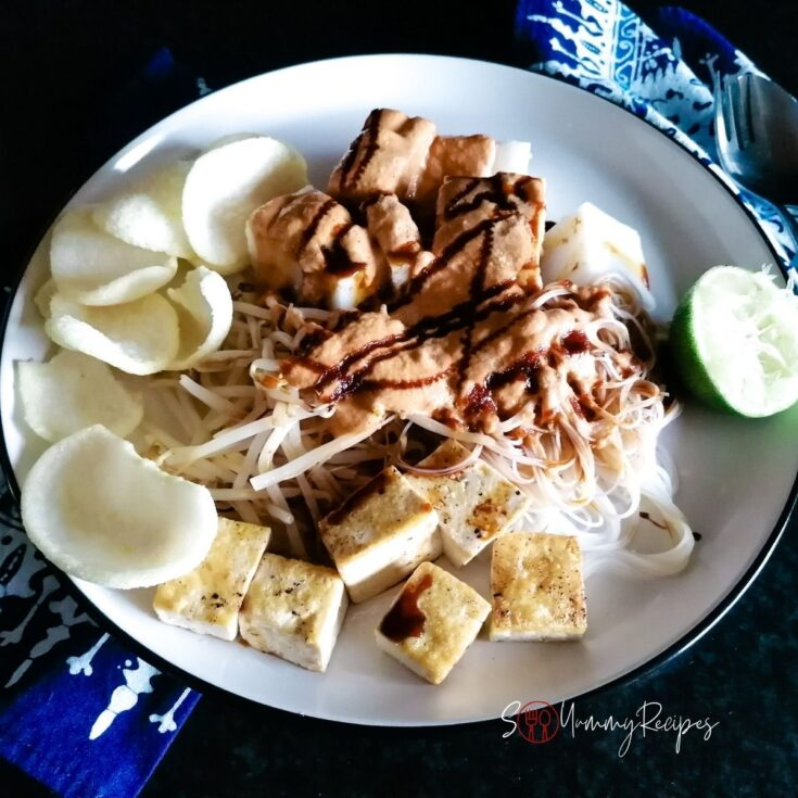 A round plate of Ketoprak Jakarta with some crackers